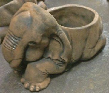 Elefant als Pflanztopf aus Sandsteinguss