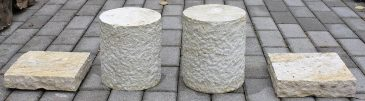 Säule bestehend aus 4 Teilen aus Naturstein