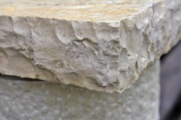 Detail handbehauenes Kapitell Natursteinsäule
