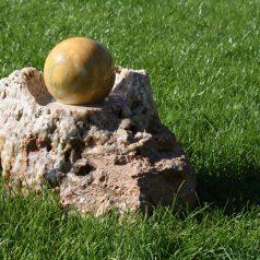 Marmorkugel mit Natursteinsockel