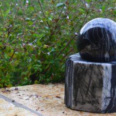 Schwarze Marmorkugel als Wasserspiel verwendbar