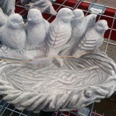 Vogeltränke mit Vögeln Wasserbecken