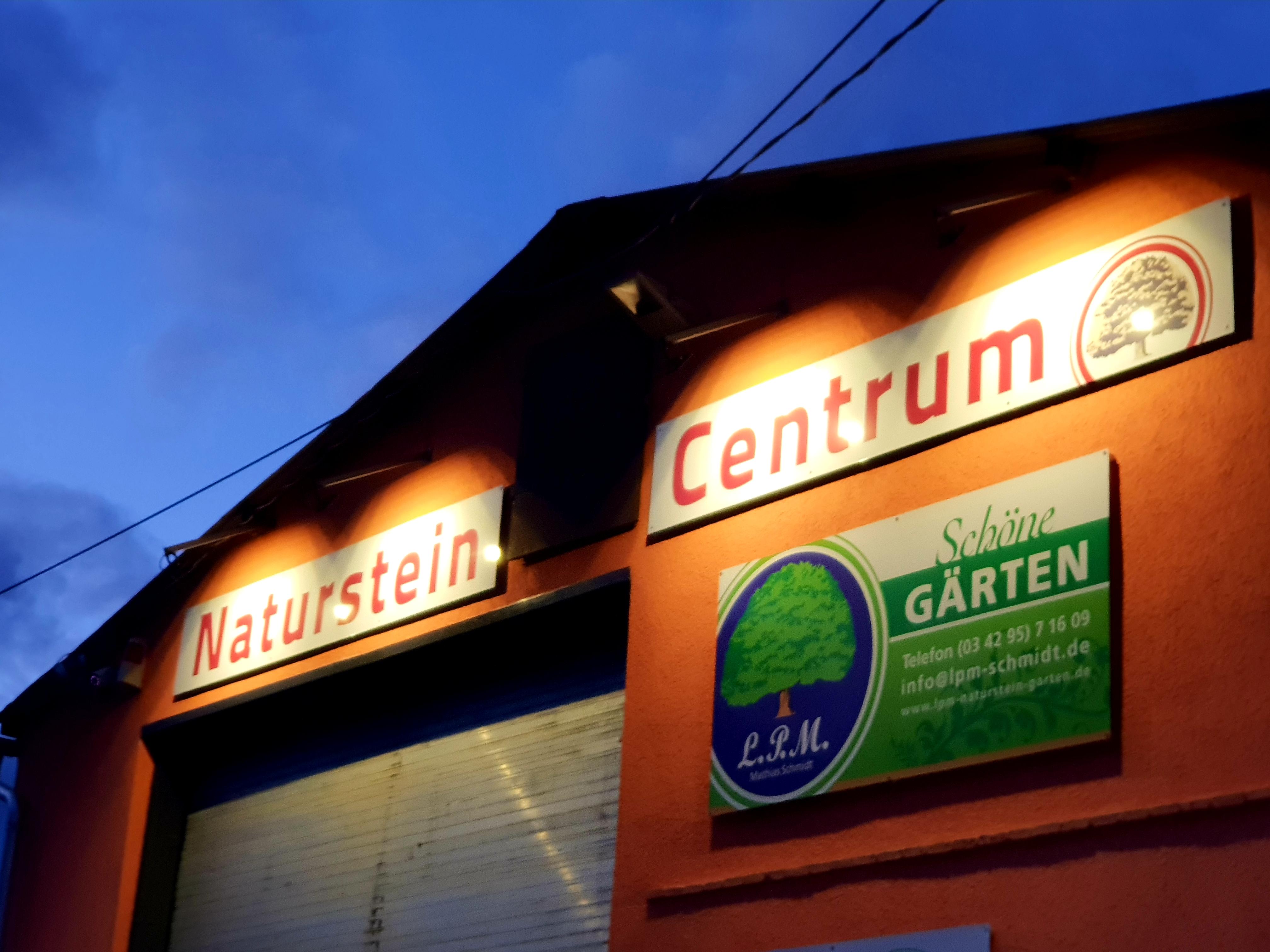 Naturstein Centrum LPM in Krostitz bei Leipzig bei Nacht