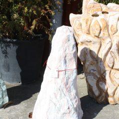 Rosefarbener Monolith Findling Skulpturstein bei Naturstein Centrum LPM Krostitz bei Leipzig