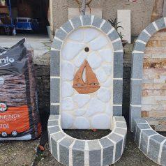 Wandbrunnen mit Schiff aus Keramik